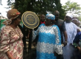 L-R-President-of-the-Krio-Descendants-Union-and-Acting-Minister-of-Tourism-unveiling-the-plaque.